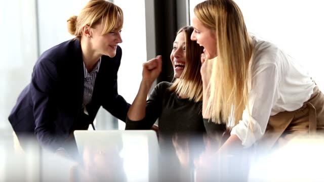 vídeos de stock, filmes e b-roll de três linda mulher de negócios aplaudindo e cumprimentando no escritório para reuniões - mulheres jovens