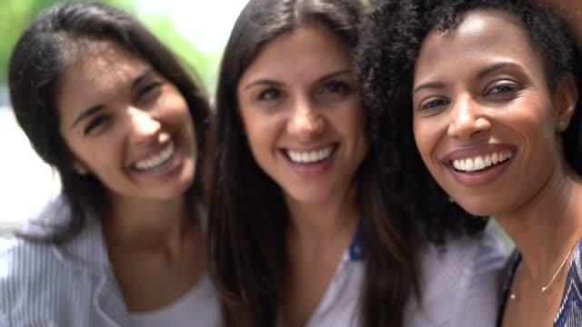 vídeos de stock, filmes e b-roll de retrato de amigos de colegas de trabalho de três negócios - sul europeu