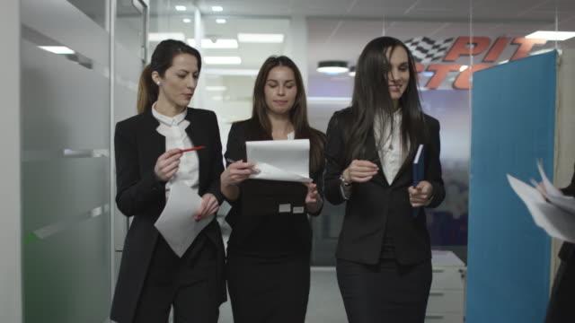 three businesswomen walking - служащая стоковые видео и кадры b-roll