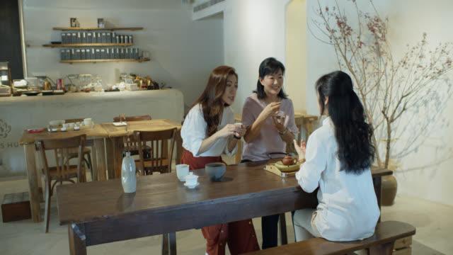 三人の中国人女性が一緒にお茶を飲む - お茶の時間点の映像素材/bロール