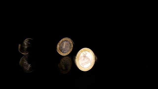 three coins rotation - pound sterling isolated bildbanksvideor och videomaterial från bakom kulisserna