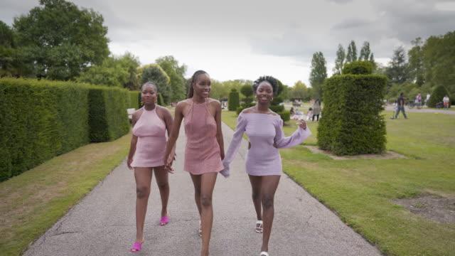 vidéos et rushes de trois jeunes femmes confiantes marchant ensemble dans le parc - 20 24 ans
