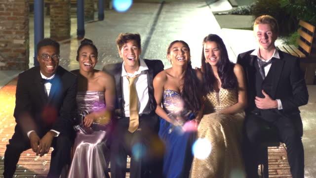 vídeos y material grabado en eventos de stock de tres parejas pasando el rato después del baile - baile de estudiantes de secundaria