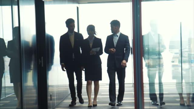3 つの起業家ブリーフィング (スローモーション) - ビジネスマン点の映像素材/bロール