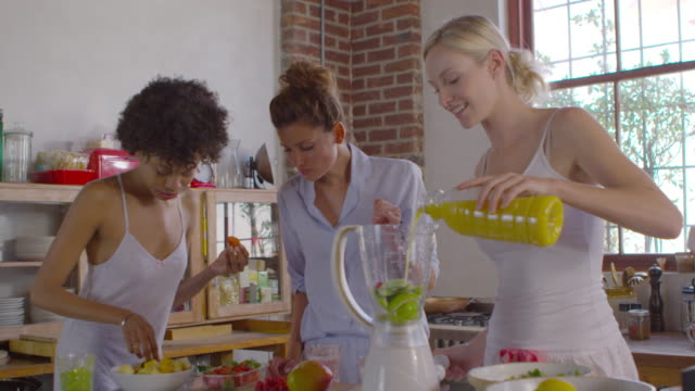 Drei Freundinnen, die gemeinsam zu machen Smoothies in Küche, Schüsse aufs R3D – Video