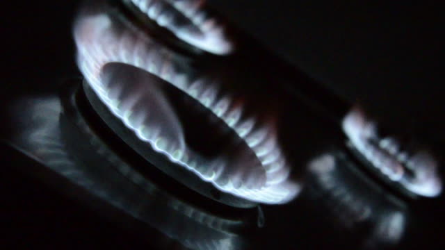 vídeos de stock e filmes b-roll de três chamas do queimador a gás - três objetos