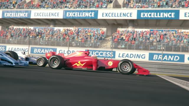 슬로우 모션으로 결승선을 가로 질러 운전 하는 세 개의 포뮬러 1 경주 용 자동차 - formula 1 스톡 비디오 및 b-롤 화면
