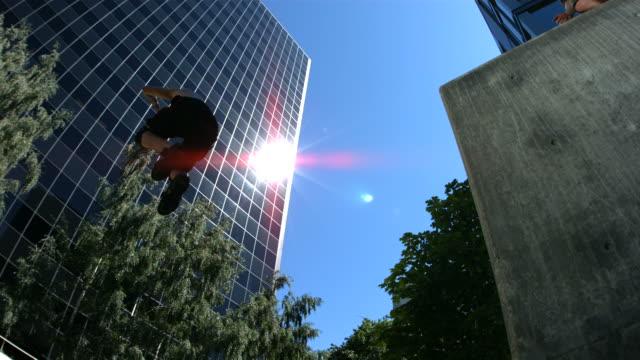 drei kostenlose läufer springen mit kamera, zeitlupe - stuntman stock-videos und b-roll-filmmaterial