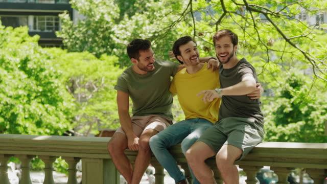 Tre vänner som har roligt tillsammans video