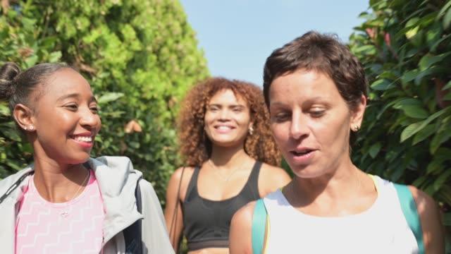 tre vänner träffas för morgonträning. - mellan 30 och 40 bildbanksvideor och videomaterial från bakom kulisserna