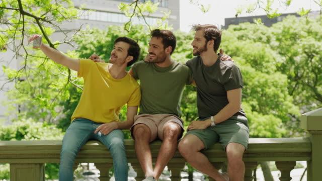 vídeos y material grabado en eventos de stock de tres amigos tomando un selfie grupal - memorial day weekend