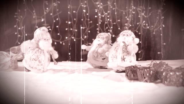 stockvideo's en b-roll-footage met drie grappige muzikanten kerstman met hun geschenken zijn plezier, dansen, vieren en feliciteren in de wervelende sneeuw. - {{asset.href}}