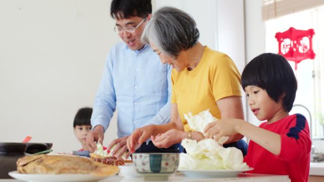 三代人一起準備中國新年大餐 - 亞太地區 個影片檔及 b 捲影像
