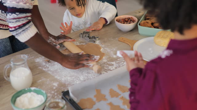 vídeos de stock e filmes b-roll de three generation of women in the kitchen - christmas cookies