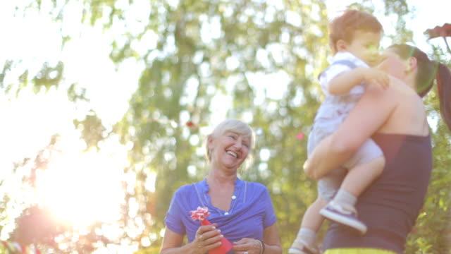 Drei Generationen auf einer Geburtstagsfeier eines kleinen Jungen – Video