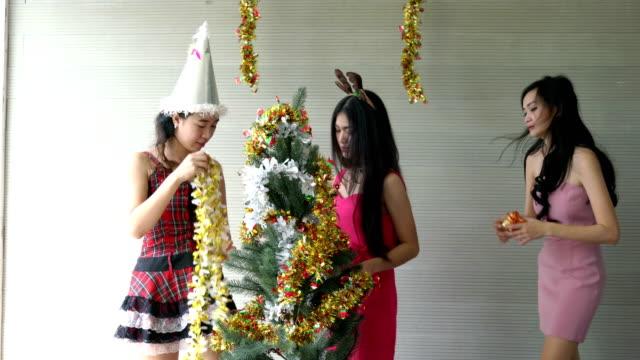 drei mädchen feiern neujahr mit freunden - champagner toasts stock-videos und b-roll-filmmaterial