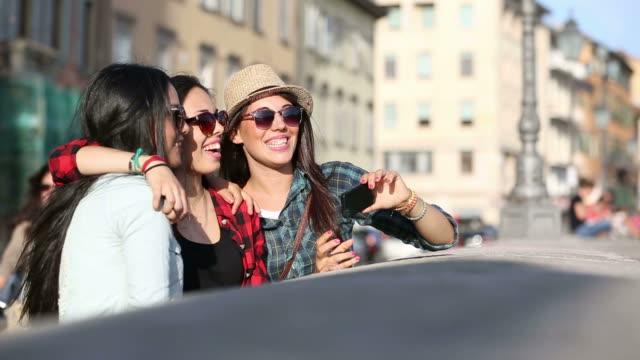 Tres mujeres feliz tomando un autorretrato en la ciudad - vídeo