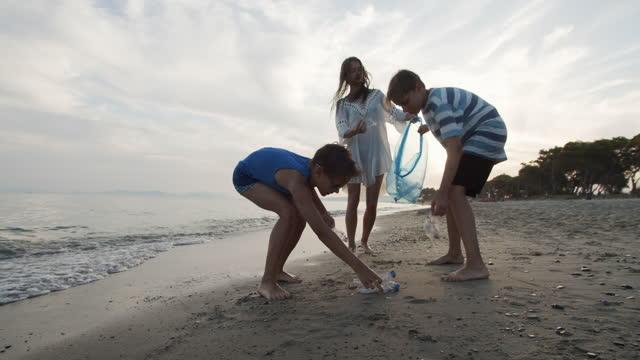 ビーチを掃除する3人の子供 - environmentalism点の映像素材/bロール