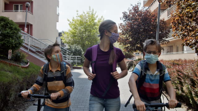 covid-19大流行期間,三個孩子步行上學 - back to school 個影片檔及 b 捲影像