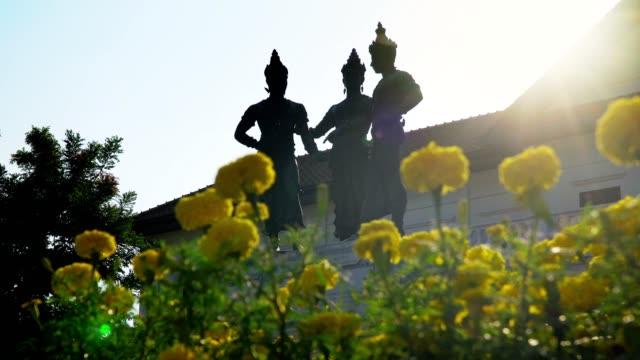 vídeos de stock e filmes b-roll de three kings monument with art and culture building , landmark in chiangmai thailand. - dia de reis