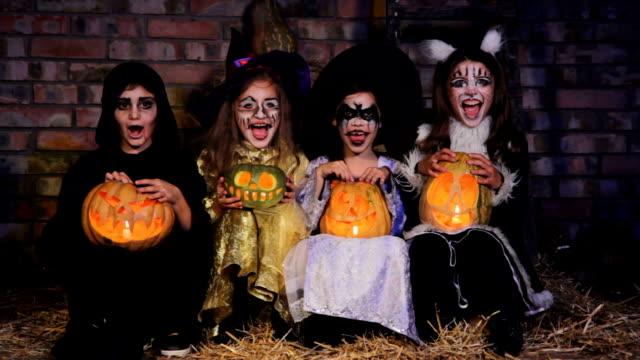 Trois petits sorcières et un monstre Pousser un cri - Vidéo