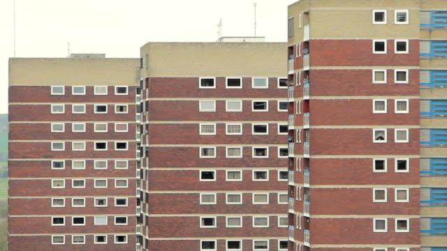 vidéos et rushes de trois blocs de tour crasseux assortis se mélangent dans tamworth, - hlm
