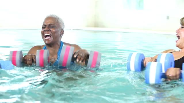 tre mogna kvinnor talar, gör vattenaerobics - gym skratt bildbanksvideor och videomaterial från bakom kulisserna