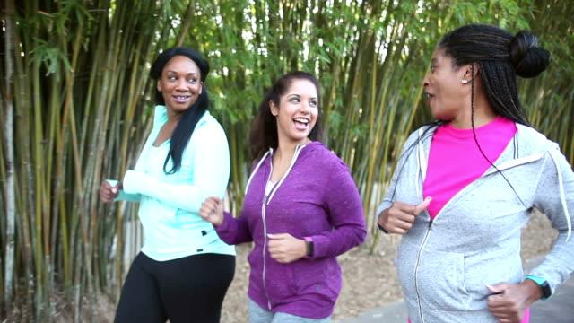 drei multi-ethnischen frauen powerwalking im park - freundin stock-videos und b-roll-filmmaterial
