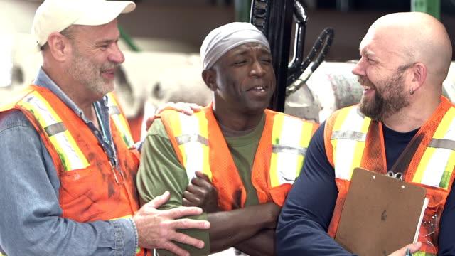 vidéos et rushes de trois travailleurs multiethniques dans l'entrepôt du tapis - 40 44 ans