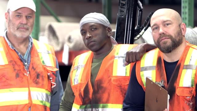 drei multi-ethnischen arbeiter in teppich-lager - arbeiter stock-videos und b-roll-filmmaterial