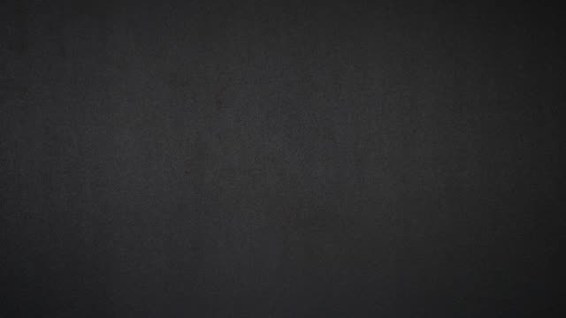 vídeos y material grabado en eventos de stock de tres pila de polvo de pimienta roja, jengibre y cúrcuma sobre una mesa negra - stop motion - cayena guindilla roja