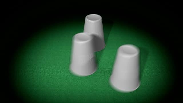vídeos de stock e filmes b-roll de três copos de plástico jogar-criminoso - três objetos