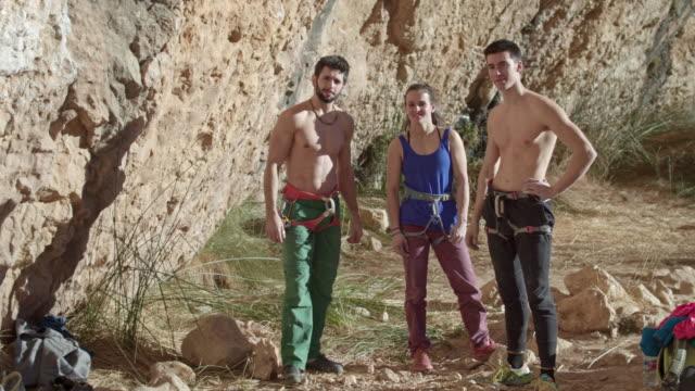 ピレネー山脈に登る準備 3 ロック ・ クライマー ビデオ