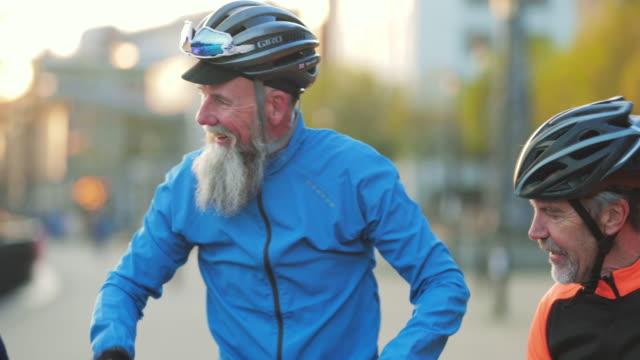 vídeos de stock e filmes b-roll de three senior cyclists having a break - characters