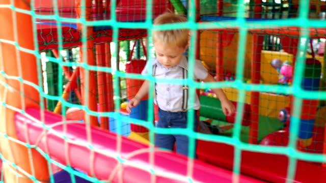 vídeos de stock, filmes e b-roll de três pequenas crianças felizes, pulando de um trampolim - inflável