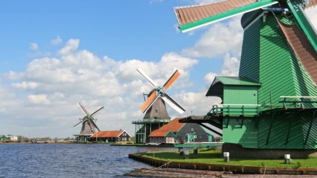 vídeos de stock e filmes b-roll de three traditional dutch windmills in the morning - três objetos