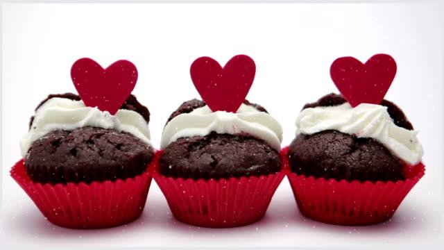 3 つのバレンタインケーキの背景に白のクローズアップ - バレンタイン チョコ点の映像素材/bロール