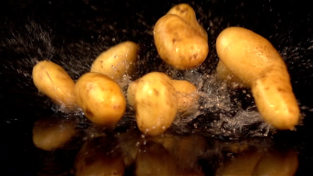 tre video di cubi di patate al rallentatore in real - patate video stock e b–roll