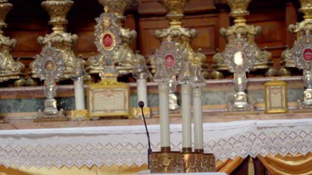 シチリア島パレルモの大聖堂」の表に 3 つの白いキャンドル - モンレアーレ点の映像素材/bロール