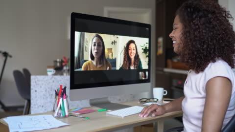 vídeos y material grabado en eventos de stock de tres mujeres que tienen videollamada en línea - working from home