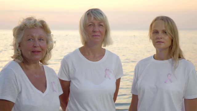 Drei Frauen mit Rosa Brust Krebs Bewusstsein Bänder – Video