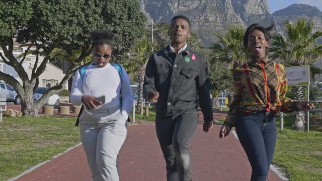 tre unga afrikanska vänner dansar längs gatan i kapstaden - street dance bildbanksvideor och videomaterial från bakom kulisserna