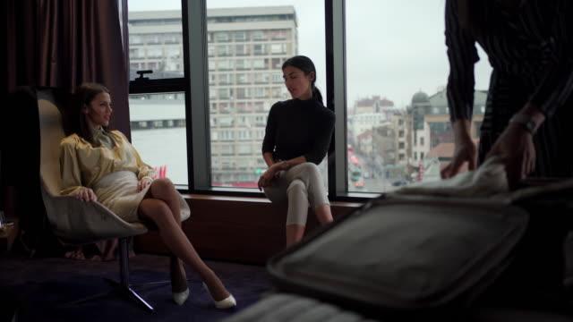stockvideo's en b-roll-footage met drie jonge mooie zakenvrouwen die een zakenreis beginnen - raam bezoek