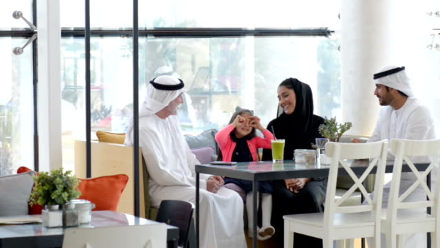 three-generation emirati family at cafe - emirati woman 個影片檔及 b 捲影像