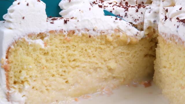 vídeos de stock e filmes b-roll de three-milk cake, homemade sweet food - bolo sobremesa