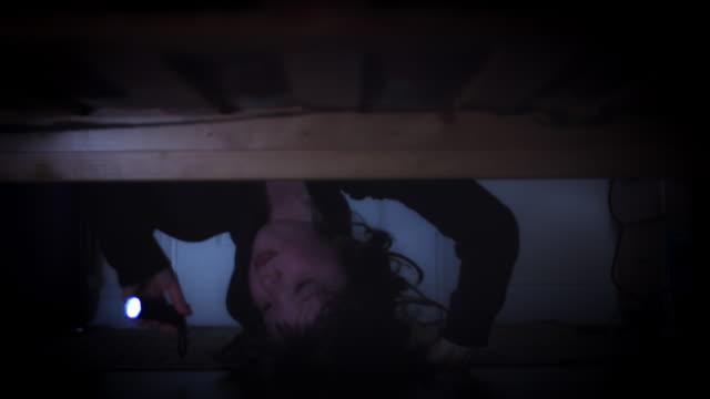 4K Thriller House abattu un enfant montrant sous le lit - Vidéo