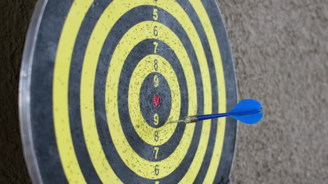 Throw blue arrow miss canter to target board hang on wall video