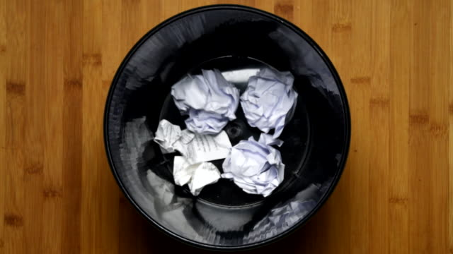 vídeos de stock e filmes b-roll de throw crumpled into the trash, top view 4k - amarrotado