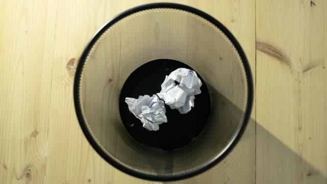 vídeos de stock e filmes b-roll de throw crumpled into the trash. - amarrotado