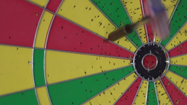 throw darts video